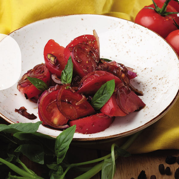 Салат с помидорами, красным...